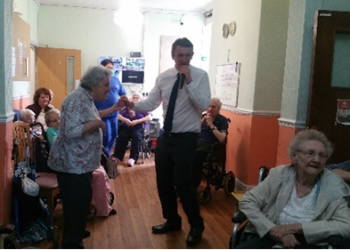 Singer 'Mark Byard' Visits Bellavista Nursing...